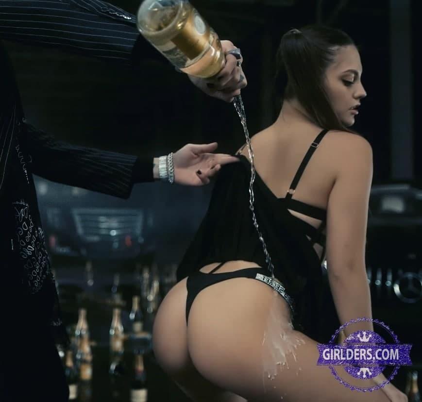 Алишер поливает попку своей девочки