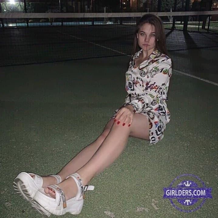 Дилара демонстрирует ножки