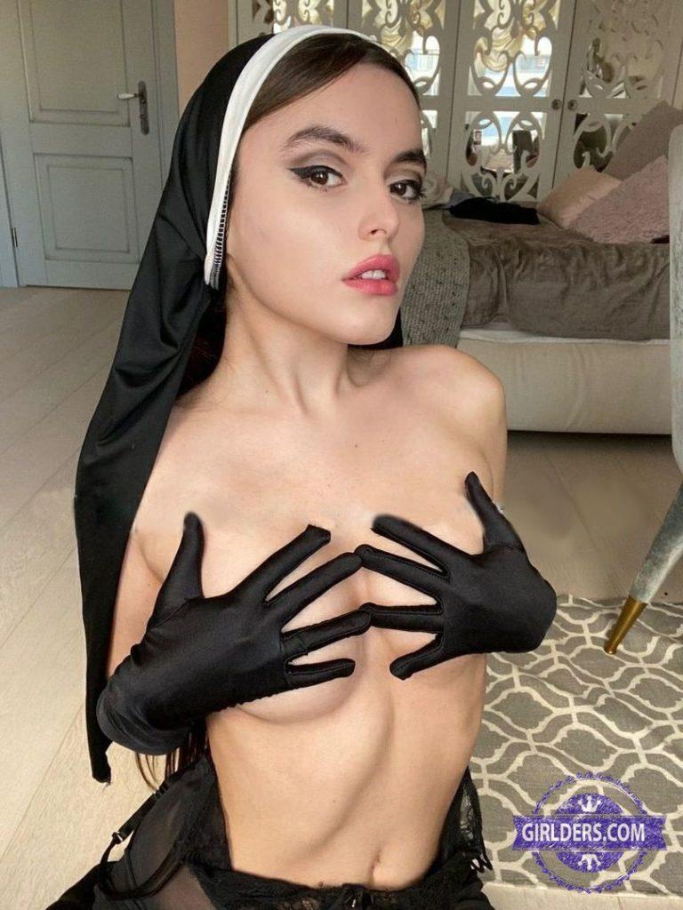 Монашка показывает грудь фото